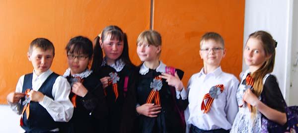 Школьники Читинского района изготовили украшения из георгиевской и световозвращающей лент