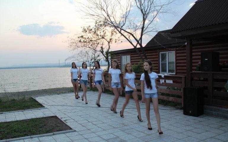 Кино на Кеноне. Стройными рядами на стройных ножках прошли по пляжу красотки из школы моделей «NEW FACE» в нежных образах «славянские мотивы» и очаровательных вечерних платьях.