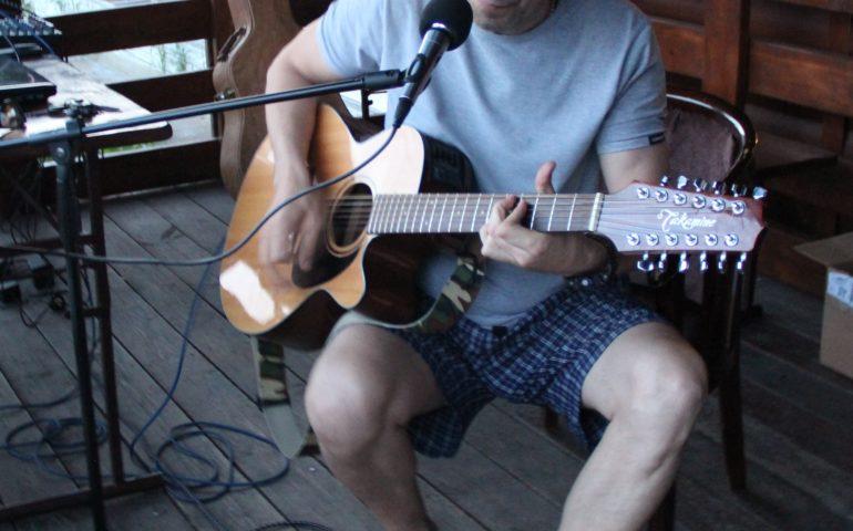 Кино на Кеноне. Песни под гитару подарил зрителям известный автор-исполнитель Эдуард Иконников.