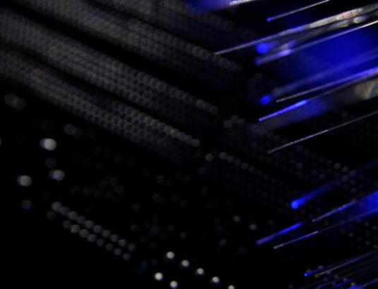 Черный сетевой коммутатор с оптоволоконными кабелями
