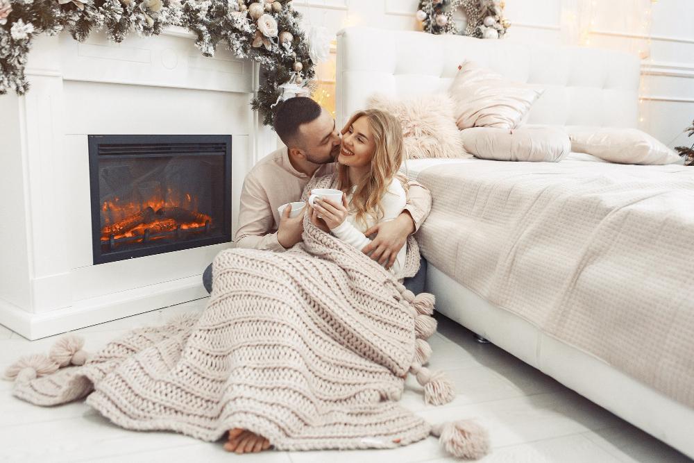 Элегантная пара, сидящая дома возле места жительства камин