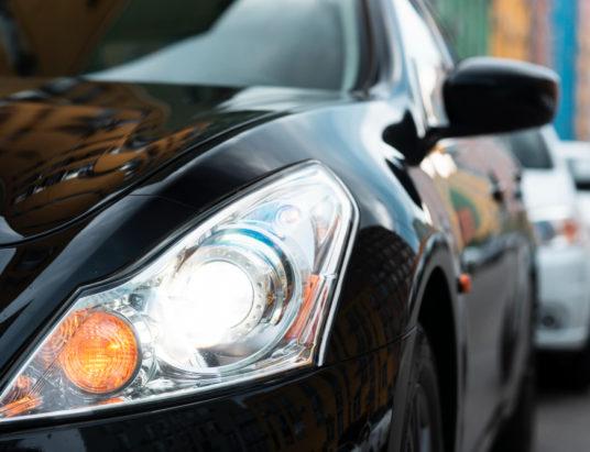 Вид спереди на черные автомобильные фары