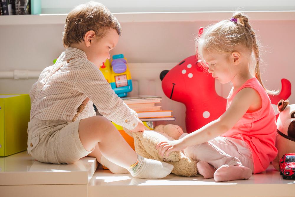 Дети сидят, играя с пушистой игрушкой