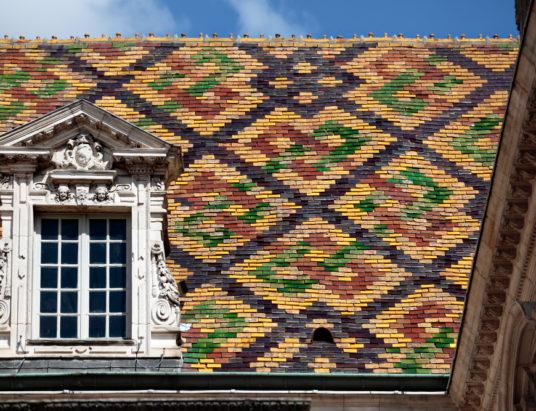 Традиционные керамические черепицы на здании правительства в дижоне, бургундии, франции